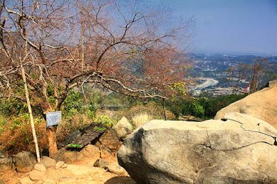 Pemandangan di atas puncak Taman Batu Gunung Karang