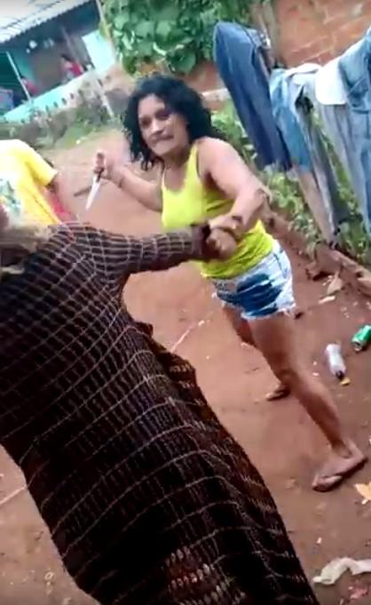 """VÍDEO: Mulheres quase se """"tramam"""" na faca em bairro de Laranjeiras"""
