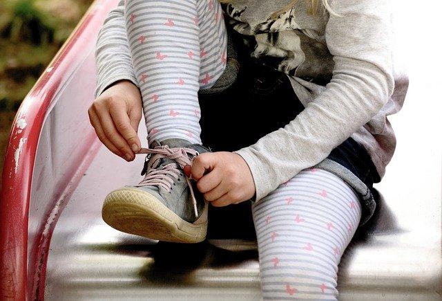 Cara Mengikat Tali Sepatu yang Aneh dan Gokil, kamu pasti baru tahu kan