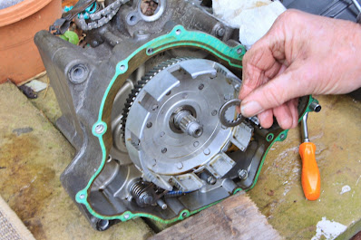 Yamaha YZF R125 clutch removal - inspection - replacement