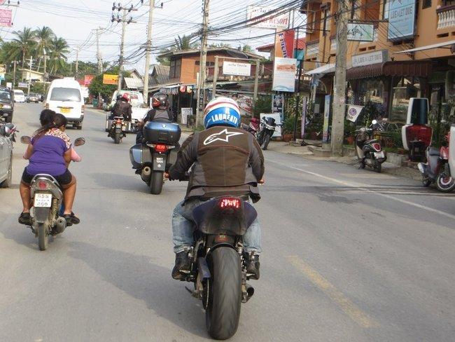 Небольшая колонна мотоциклов