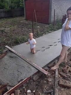 Niño pasa por encima cemento fresco