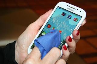 Tips Mudah Membersihkan Smartphone Android Anda