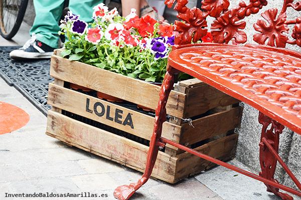 Caja de frutas decorada con un stencil.