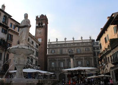 Plaza de las Hierba con la madonna de Verona