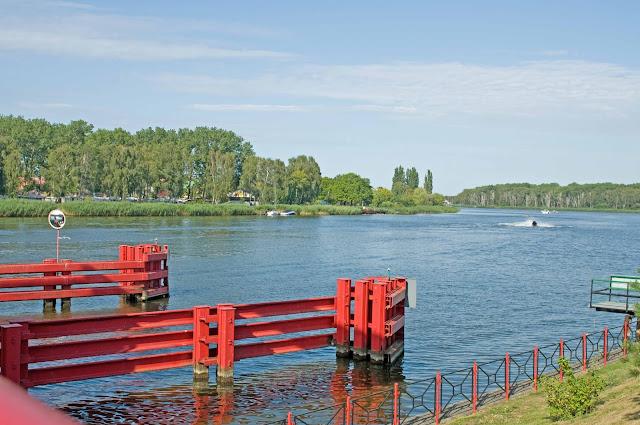 ruchomy most w Dziwnowie, przepływające łodzie