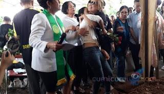 Jenazah Anak ke Peristirahatan Terakhir, Karen Idol Menangis dan Nyaris Pingsan