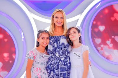 A apresentadora com as 'princesinhas do arrocha' (Crédito: Gabriel Cardoso/SBT)