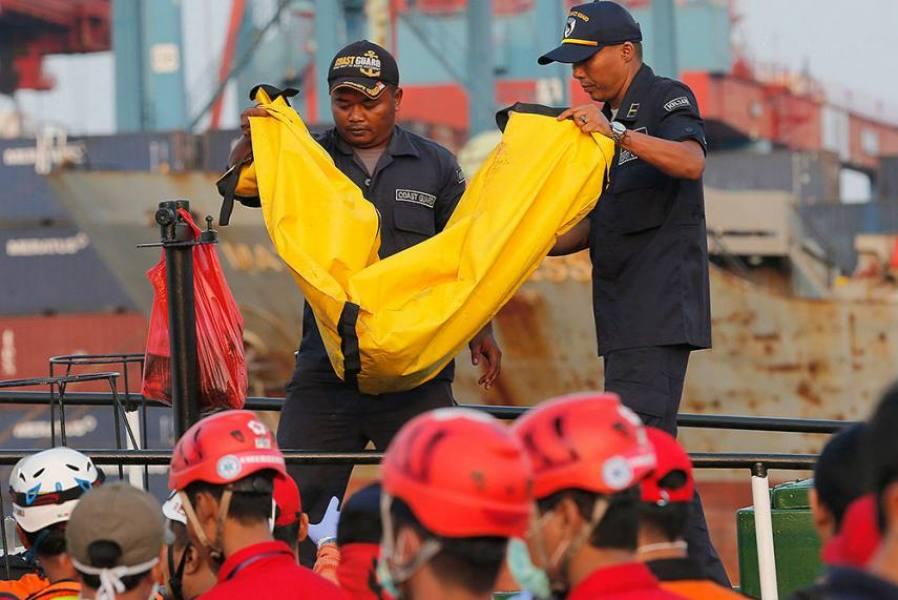 दुर्घटनाग्रस्त : इंडोनेशियाई विमान के लैंडिंग गियर का टुकड़ा मिला