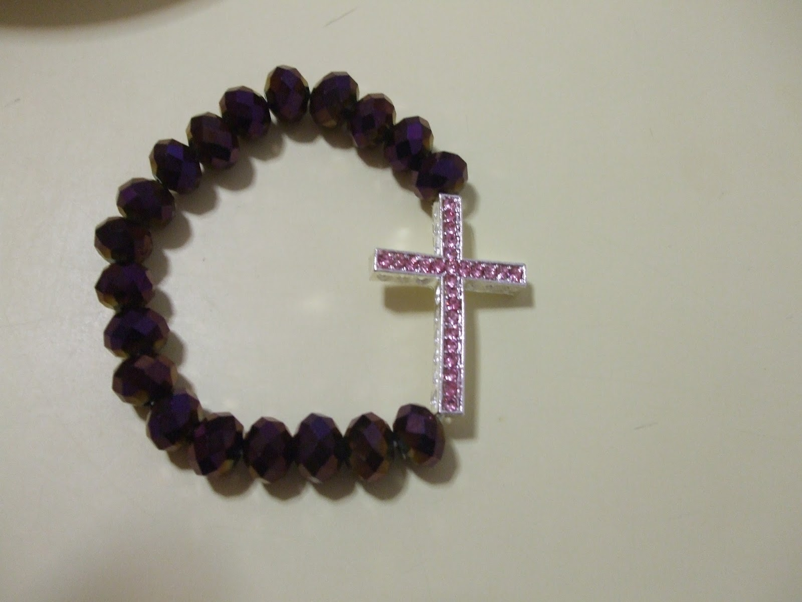 aadb6fcbe676 mi lado creador  Pulsera con piedras granates tipo rosario y cruz de ...