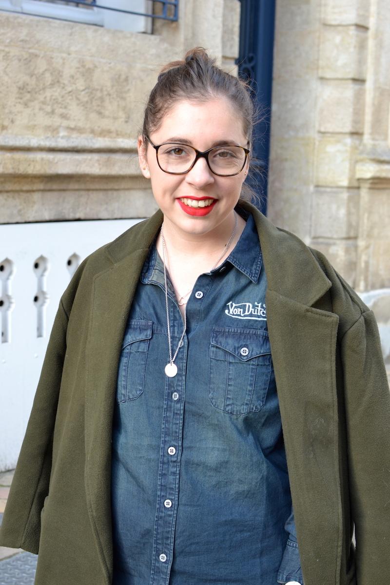 manteau kaki sheinside, chemise en jean von Dutch, collier l'atelier d'amaya
