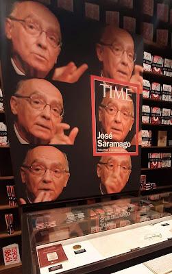 Painel com a capa da Time com José Saramago
