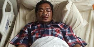 Ahok sempat berbincang dengan anggota keluarga Widodo Wakil Ketua PDI Perjuangan ranting Jakarta yang babak belur dikeroyok beberapa orang di Jelambar Jakarta Barat