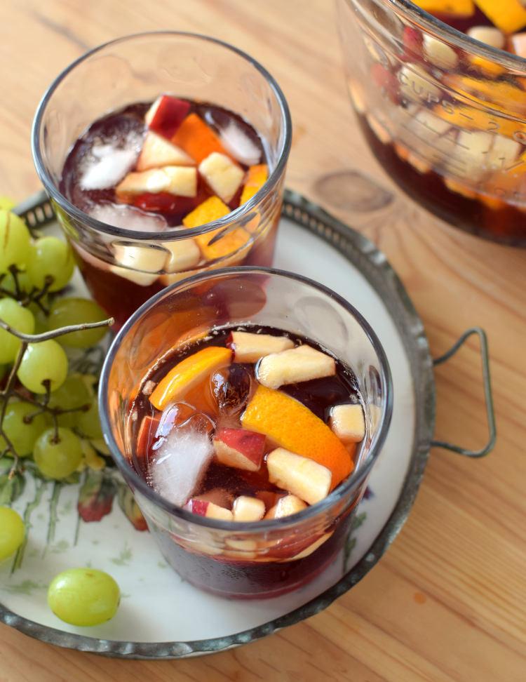 Sangría casera de vino tinto y frutas servidas en vasos cortos