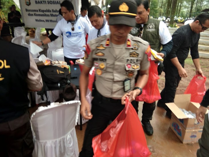 Kapolsek Tinggimoncong,  Peduli Kebersihan Dengan Memungut Sampah