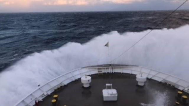 """Χίος: Πλοίο της γραμμής διέσωσε ναυαγό - """"Ταξίδευε"""" από την Τουρκία με ξύλινη σχεδία"""