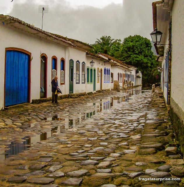 Rua do Centro Histórico e Paraty alagada pela maré cheia