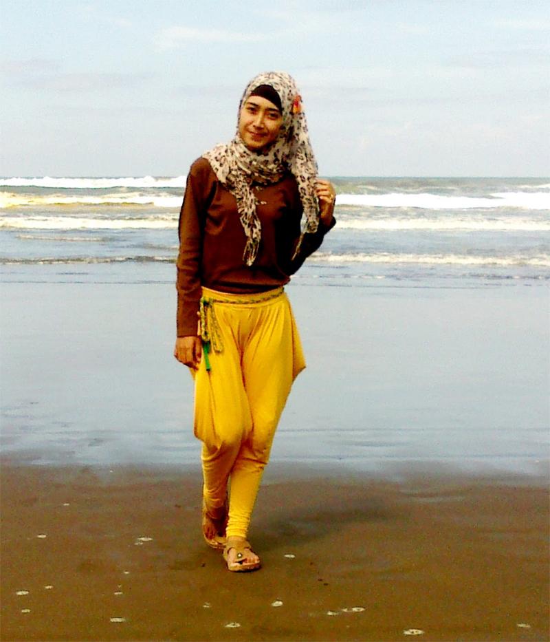 Penunggu Pantai cilacap cewek cantik berhijab Githa Algian Yusnia Putri camel Toe