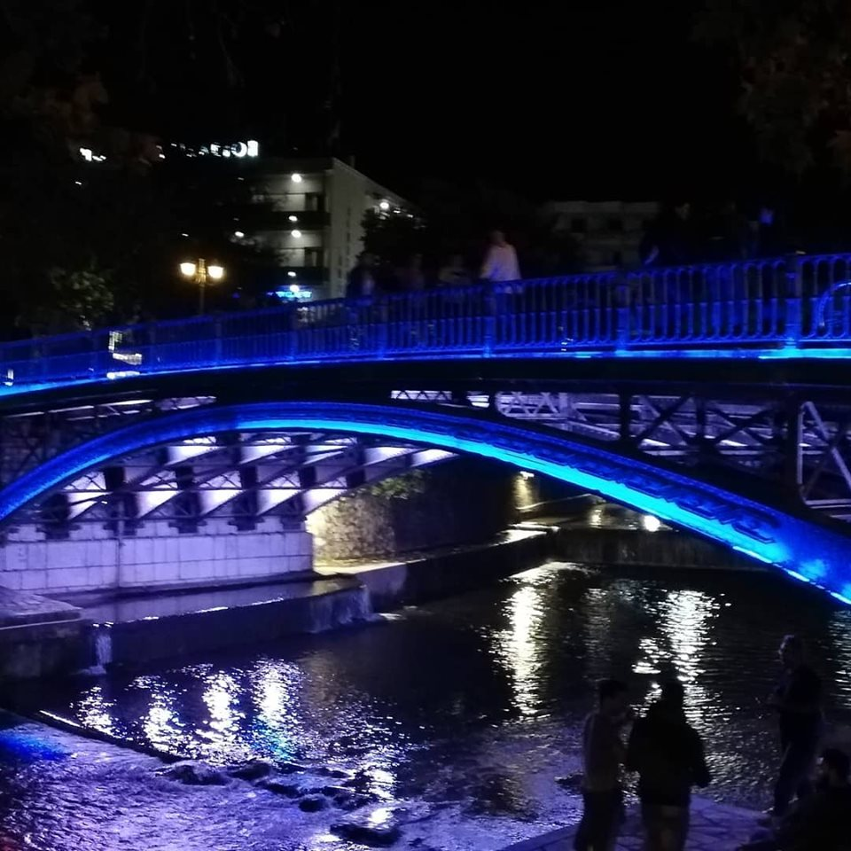 Στα μπλε για το ΟΧΙ η κεντρική πεζογέφυρα των Τρικάλων