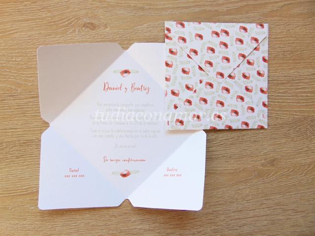 Invitación de boda con forma de sobre y estampado de flores pintadas