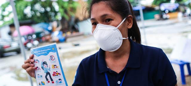 Distribución de consejos de salud mental a los niños y las familias de la comunidad de Rongwai en Bangkok (Tailandia), durante la pandemia de coronavirus..  UNICEF/Sukhum Preechapanic