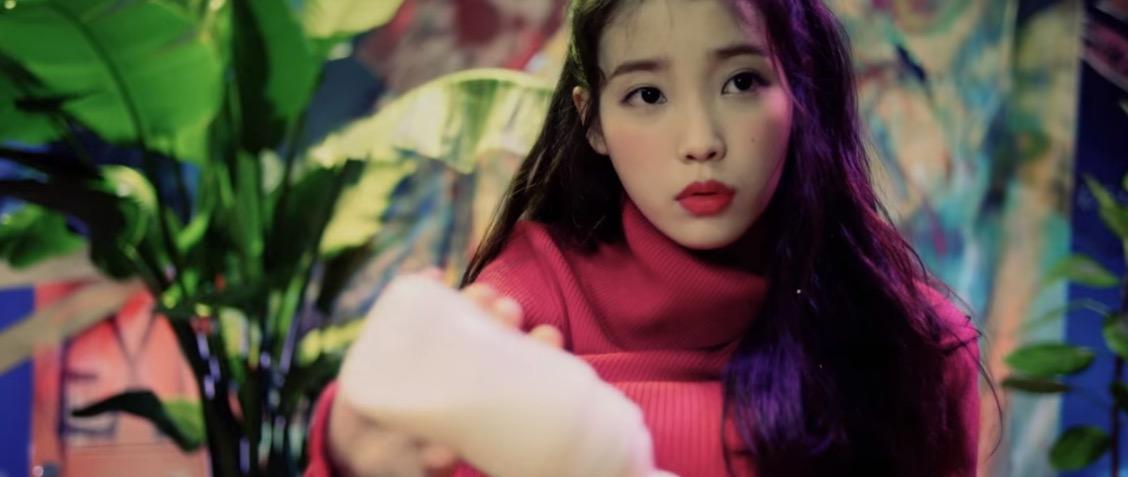El nuevo mini álbum de IU: CHAT SHIRE