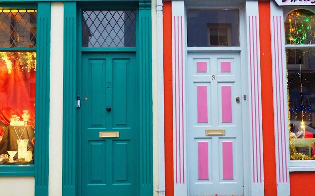 Kinsale, irlanti, etelä irlanti, cork, varikkaat talot, soma pikkukaupunki irlannissa, oranssi talo,turkoosi ovi, varikas ovi, vari-iloittelua