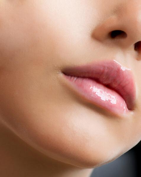 Pele delicada e 100% exposta ao meio ambiente (sol, vento, frio, contato com alimentos), a região dos lábios precisa ser hidratada e protegida como forma de prevenção. Mas existem tratamentos para rejuvenescer a pele da região!