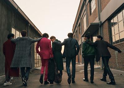 BTS w eleganckich ciuchach idący uliczką