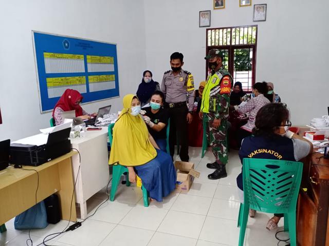 Dikelurahan Aman Sari Personel Jajaran Kodim 0207/Simalungun Memonitoring Pelaksanaan Vaksinasi Dosis 1 dan 2