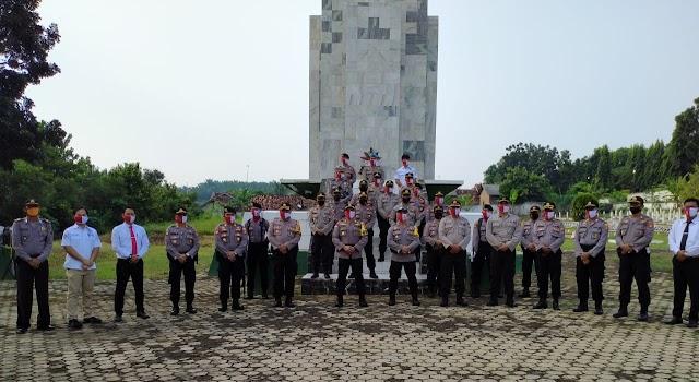 Hari Bhayangkara ke 74, Kapolres Lampung Utara Pimpin Ziarah Makam Pahlawan