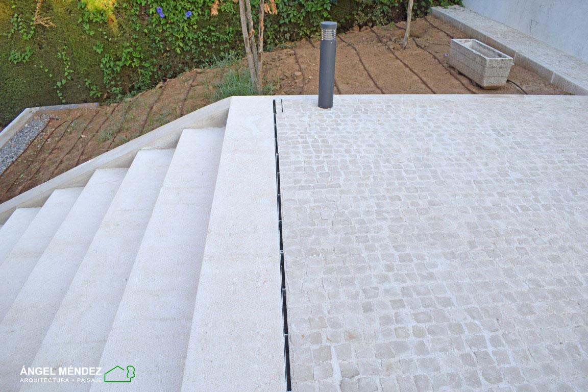 construcción jardines, canaletas drenaje oculto, proyectos jardines, tutoriales paisajismo, jardines con piscina, rejillas jardines, rejillas terrazas