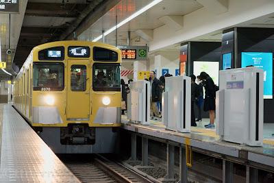池袋駅に入線する西武2000系