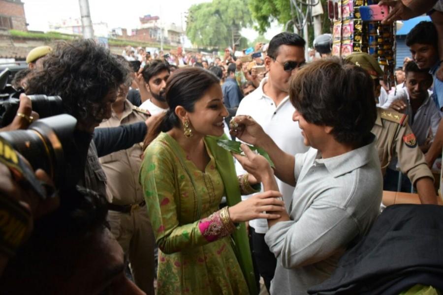Shah Rukh Khan Relishes Banarasi Paan with Anushka Sharma