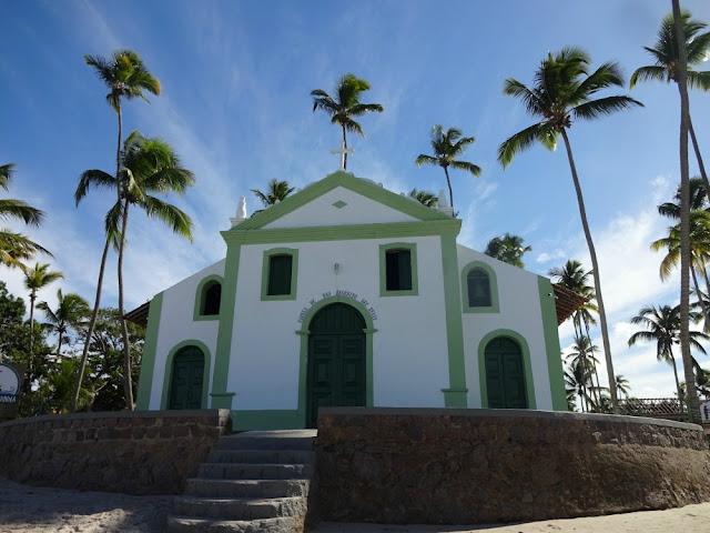Conhecendo a Praia de Carneiros em um dia saindo de Recife - igrejinha - Capela de São Benedito