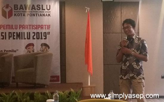 PEMATERI : Andi FachRizal, yang menjadi pemateri dalam Sosialisasi Pemilu Parrtisipatif Bawaslu Kota Pontianak hari kedua (26/2) yang mengundang perhatian para peserta. Foto Asep Haryono