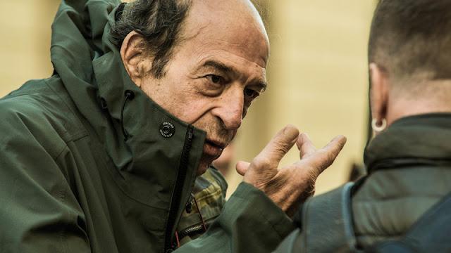 Ο Μανούσος Μανουσάκης συζητά με τους συνεργάτες του στην Αγία Πετρούπολη κατά τη διάρκεια των γυρισμάτων της σειράς «Το Κόκκινο Ποτάμι»
