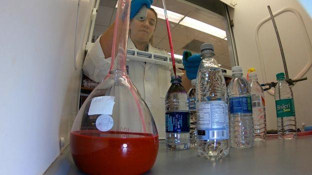 El agua embotellada contiene plástico