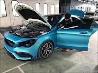 Một chiếc xe khác đang trong quá trình thực hiện đổi màu