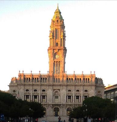 Praça General Humberto Delgado em frente à Câmara Municipal do Porto