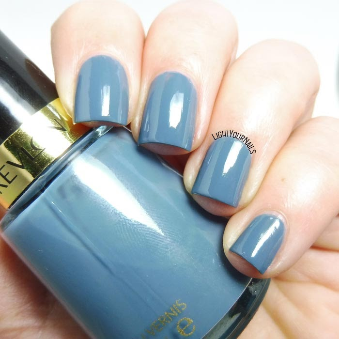 Smalto azzurro polvere Revlon Chic dusty blue nail polish #revlon #nails #unghie #lightyournails