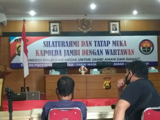 Insan Media Ikuti Protokol Kesehatan Sebelum Acara Silaturrahmi Bersama Kapolda Jambi.