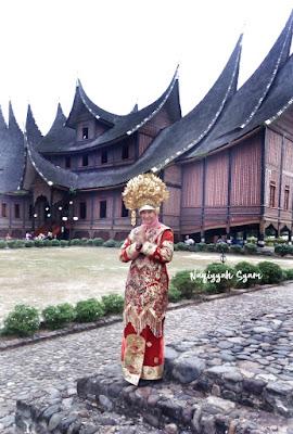 pakaian adat minang di istana pagaruyung