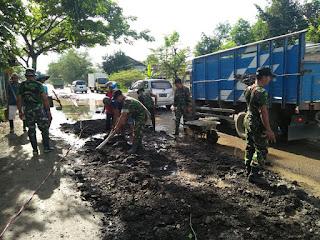 Berbagai Elemen Masyarakat Bersama TNI dan Polri Bantu Balai Jalan Nasional Tutup Jalan Berlubang