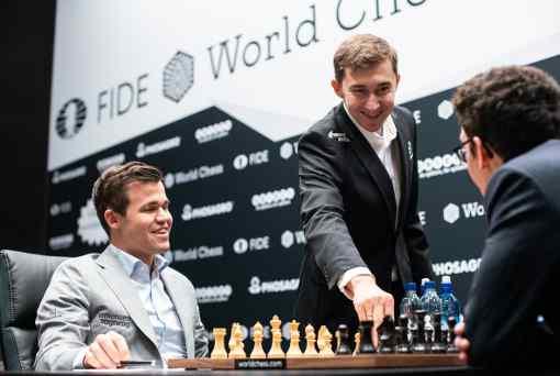 Quand Sergey Karjakin propose b4 comme 1er coup de la 11ème partie d'échecs entre Magnus Carlsen et Fabiano Caruana ! Photo © Maria Emelianova