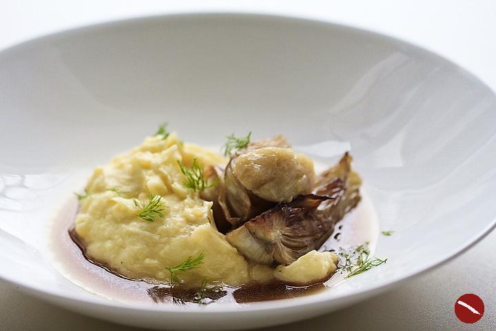 Beef tea (bone broth) mit Fenchel, Kartoffelpüree und Mus aus geräuchertem Knoblauch