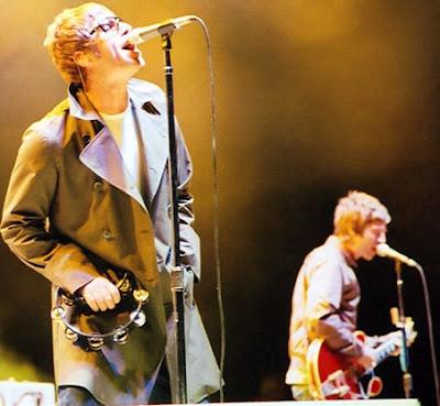 Foto de Oasis cantando en concierto