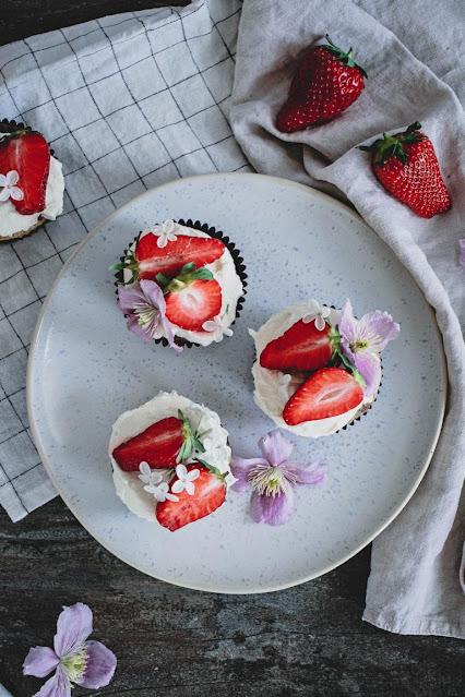 Ansicht von oben: vegane Erdbeercupcakes