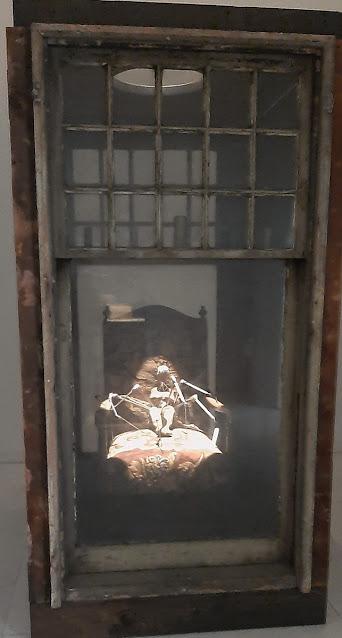 instalação da artista Louise Bourgeois no Serralves, um grande cadeirão, uma figura com perans de aranha e fios a sair pela boca