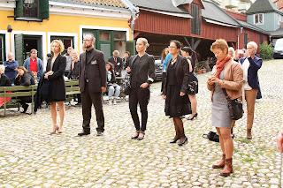 1d7240d528b0 Efter att ha tagit emot en fin check från Swedbank så tog Sophia över  micken igen och talade om att vi tänker starta en ny bröllopstradition i  Karlskrona ...